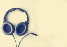 Écouteur noir avec le cric de câble dans le ton de vintage avec l'espace de copie Photos stock