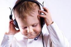 Écouteur s'usant de téléphone de jeune garçon images libres de droits