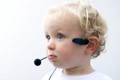 Écouteur s'usant IV de téléphone de jeune garçon Images stock