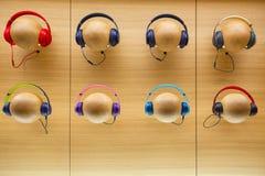 Écouteurs élégants colorés sur le fond en bois photo libre de droits