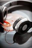 Écouteurs avec le disque vinyle photos libres de droits