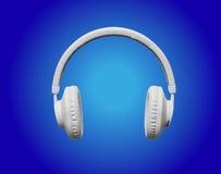 Écouteurs blancs sur le fond bleu de projecteur Photos libres de droits