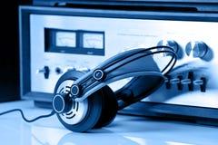 Écouteurs connectés au stéréo sonore de cru photo stock