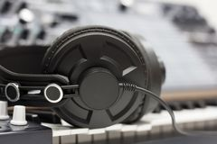 Écouteurs de studio sur le fond de l'équipement audio images libres de droits