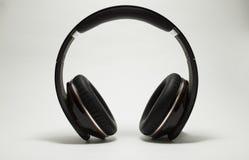 Écouteurs du DJ d'isolement sur le blanc Photo stock
