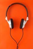 Écouteurs du DJ sur l'orange Photo libre de droits