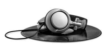 Écouteurs du DJ sur un enregistrement de vinyle Photos stock