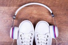 Écouteurs, espadrilles de port Images libres de droits