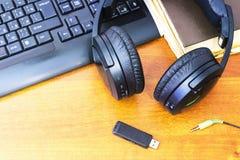 Écouteurs et clavier d'ordinateur Images stock