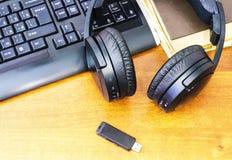 Écouteurs et clavier d'ordinateur Photographie stock