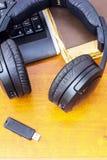 Écouteurs et clavier d'ordinateur Photos stock