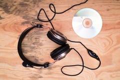 Écouteurs et disque compact photo stock