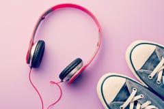 Écouteurs et espadrilles Photo stock