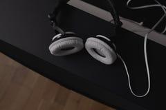 Écouteurs et haut-parleurs moyens centraux des 7 1 système de son de haute fidélité de THX Image libre de droits