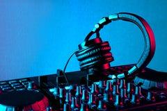 Écouteurs et mélangeur du DJ Photographie stock libre de droits