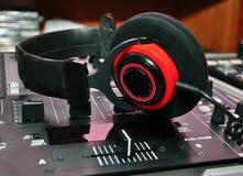 Écouteurs et mélangeur du DJ Photo libre de droits