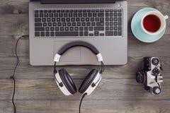Écouteurs et ordinateur portable sur la table Photographie stock libre de droits
