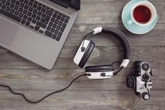 Écouteurs et ordinateur portable sur la table Photo libre de droits