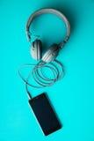 Écouteurs et téléphone portable gris de vintage Image libre de droits