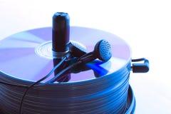 Écouteurs et une pile de disques compacts Photo stock