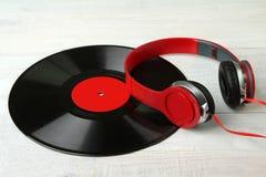 Écouteurs et vinyle Images stock