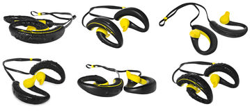 Écouteurs imperméables, jaune et noir, perlés avec de l'eau sur un b Photo libre de droits
