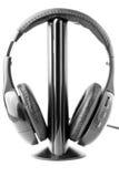 Écouteurs noirs sur le stand Photos libres de droits