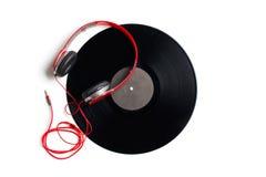 Écouteurs rouges avec l'album de vinyle photographie stock libre de droits