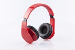 Écouteurs rouges avec l'isolat pading noir Photographie stock libre de droits
