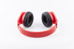Écouteurs rouges avec l'isolat pading noir Images stock