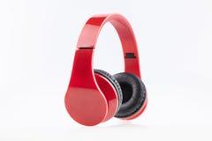 Écouteurs rouges avec l'isolat pading noir Photos stock