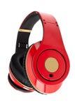 Écouteurs rouges sur le fond blanc images stock