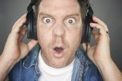 Écouteurs s'usants choqués d'homme Photo libre de droits
