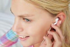 Écouteurs s'usants d'adolescente Photos stock