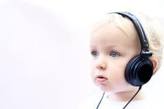 Écouteurs s'usants de jeune garçon II Photo libre de droits