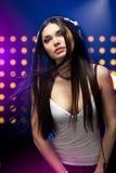 Écouteurs s'usants du DJ de beau femme Image libre de droits