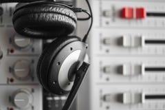Écouteurs sains de haute fidélité de garde et de réduction du bruit au-dessus de mixeur son numérique Photos libres de droits