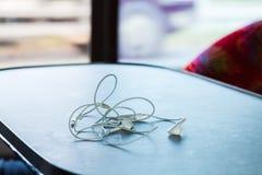Écouteurs sur la table Photographie stock libre de droits