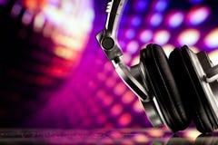 Écouteurs sur le fond pourpré Photo libre de droits