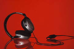 Écouteurs sur le rouge photos libres de droits