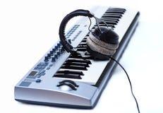 Écouteurs sur le synthétiseur Image stock