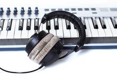 Écouteurs sur le synthétiseur Photo stock