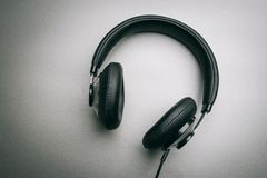 Écouteurs sur un fond gris images stock