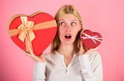 Écoutez votre coeur Fille décider quel cadeau elle aiment davantage Grande surprise et petit cadeau Effectuez le choix Cadeau rom photo stock