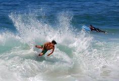 Écrémez le pensionnaire soufflant une vague à la plage de rue de ruisseaux, Laguna Beach, CA Photographie stock libre de droits