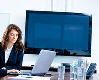 écran blanc TV de bureau Photographie stock libre de droits