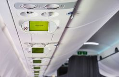 Écran d'annonce d'attention dans des avions photographie stock libre de droits
