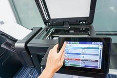 Écran d'imprimante de presse de femme par la main gauche pour le balayage Photo libre de droits