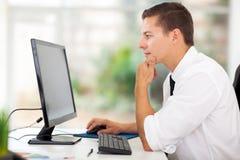 Écran d'ordinateur d'homme d'affaires Image libre de droits