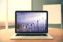 Écran d'ordinateur portable avec la double ville d'explosure et graphique de gestion sur W Images stock
